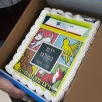 עוגה טעימה עם כריכת הספר
