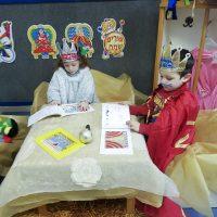 ילדי מעון בית פרידה ברמלה מתחפשים וממחיזים את הספר