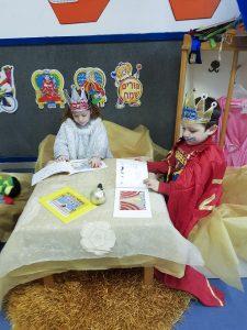 """ילדי מעון בית פרידה ברמלה מתחפשים וממחיזים את הספר """"משחק פורים"""""""