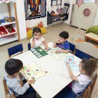 המטפלות אלישבע, סטלה, מירי ואנגלה הכינו עם הילדים משחקים בעקבות הספר יום שישי של יו יו (מעון נעמת בית פרידה, רמלה)