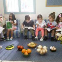 הילדים עושים שוק בפעילות סביב הספר יום שישי של יו יו מעון ויצו בירנית, תל אביב)