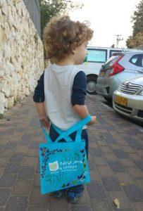 אוהד ממעון ויצו האיריס בקרית טבעון לוקח הביתה את הספר הראשון לשנה בתיק המקושט שלו. קריאה מהנה!