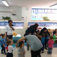רוקדים ביחד בפעילות פתיחת שנה עם הספר איפה מתחבא הצחוק, במעון ויצו פאר חדרה