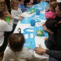 מקשטים את תיקי הספר יחד בפעילות פתיחת שנה משותפת להורים וילדים, מעון ויצו שקד בנהריה
