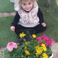 יהל ממעון ויצו טבנקין בבאר שבע מבקרת עם המשפחה במשתלה ושותלת אדנית פרחונית