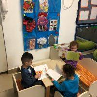 קוראים בקבוצות קטנות את הסיפור