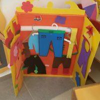 ארון בגדים ממנו הילדים שולפים את הבגד המתאים לפי הוראות העננים . פעילות בעקבות הספר