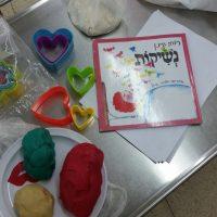 בחוג מבשלים סיפור במעון ויצו פרדס חנה, חזרו אל הספר נשיקות והכינו עוגיות צבעוניות בצורת נשיקות ולבבות