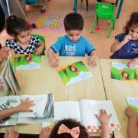 ילדי מעון אניטה באור יהודה מתעניינים בספר אני אוהב לחפש