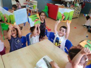 שמחים עם הספר במעון אניטה אור יהודה