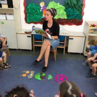 המחנכת זהבה אבגי  מקריאה לילדי מעון נעמת צבעוני  ממודיעין את הסיפור