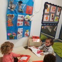 הילדים במעון נעמת בית פרידה שמחים עם הספר