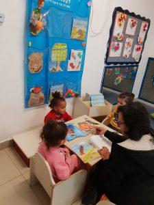 עבודה בקבוצות על הספר במעון נעמת בית פרידה