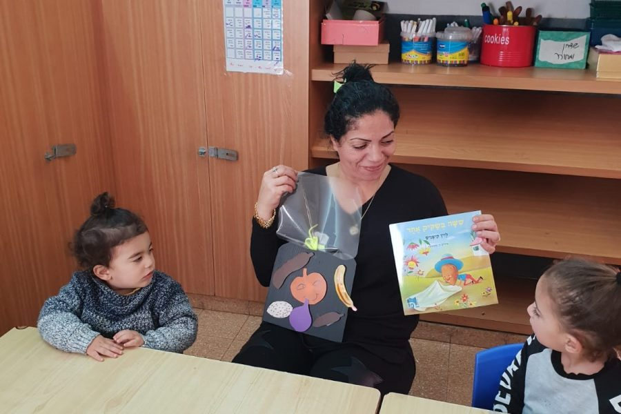 המטפלת במעון רבין אור יהודה מציגה לילדים את שישה בשקיק