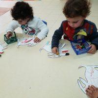 הילדים במעון רבין אור יהודה צובעים את הכלב גורג