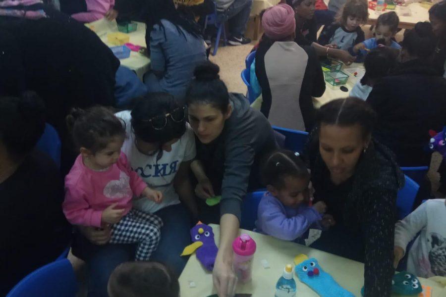 אמונה חדרה  סדנת הורים וילדים המכינים בובת גרב
