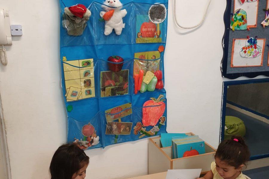 הילדים במעון נעמת בית פרידה נהנים מהסיפור