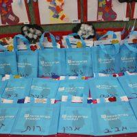 הספרים מוכנים בתיקים בפעילות במעון חוני המעגל בת