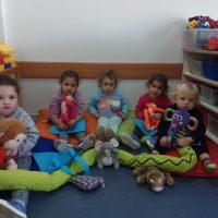 במעון ויצו פרדס חנה הילדים נהנו להמחיש את הסיפור בעזרת בובות