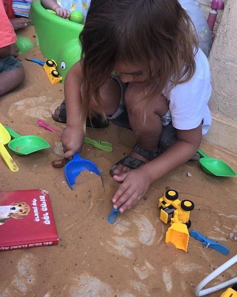 במעון ילדותי בצור הדסה התחדשו בארגז חול חדש לגן וכל ילד   קיבל סט משחק לחול לבית בעקבות הספר